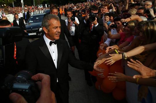 Mel Gibson se zdraví s fanoušky...