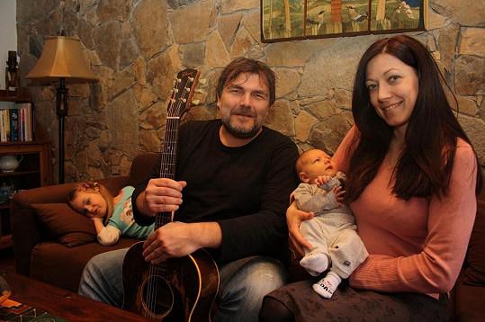 Dvouměsíční syn Romana Horkého byl prvním posluchačem jeho zbrusu nové písničky o tom, jak jeho táta potkal anděla.