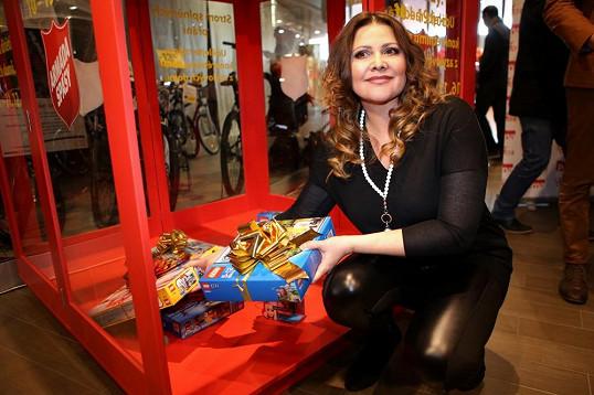 Ilona Csáková rozsvítila vánoční strom, předala dárky a věnovala šek.