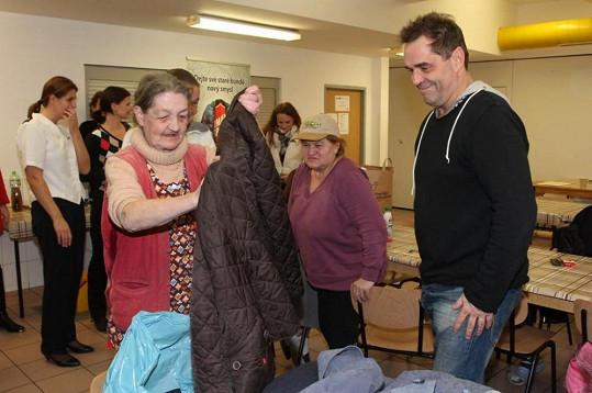 Bezdomovci byli ze zimního oblečení nadšeni.