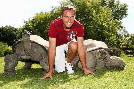 Roman Šebrle zapózoval s obrovskými želvami.