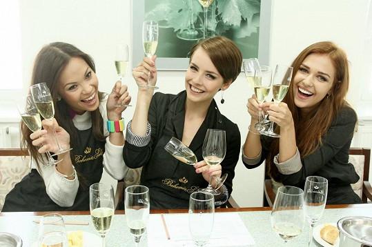 Vítězky České Miss 2013 se v továrně ve Starém Plzenci proměnily v degustátorky a společně vybraly sekt pro příští ročník jediné soutěže krásy.