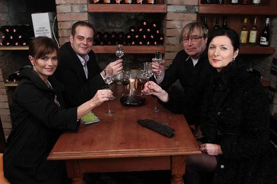 Zdařilý večírek pokračuje degustací vína v malostranském sklípku, kde také proběhne finále.