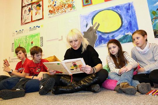 Bára četla dětem ze své knížky Garpíškoviny aneb Bibi a čtyři kočky.