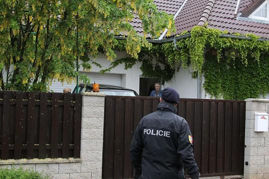 Policie kontroluje, že zpěvačka skutečně mizí z oblasti.