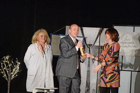 Pořadatel Nej sestřičky David Novotný s Dolinovou a Ivou Hüttnerovou na pódiu