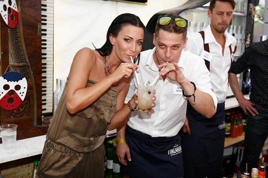 Drink, který namíchal herec Václav Jiráček, jen lehce ochutnala.