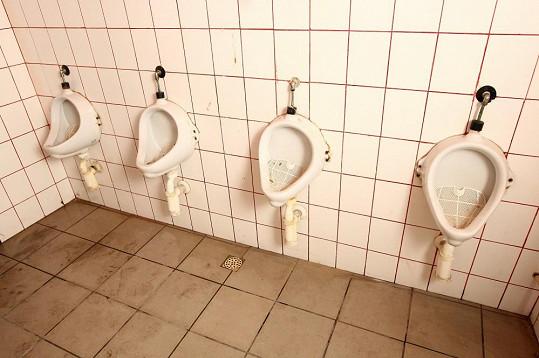 Pánské toalety už vůbec ne.