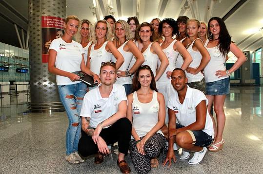 Všechny dívky s týmem Dominiky Mesarošové na letišti.