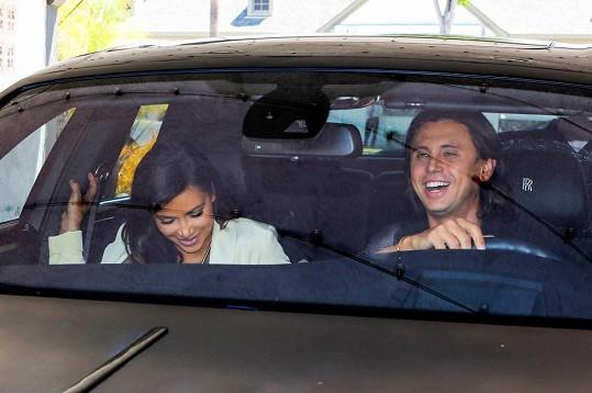 Dvojice se během jízdy dobře bavila.