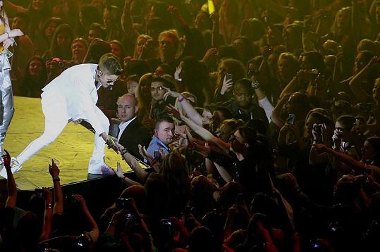 Justin během náročného koncertu v londýnské O2 Aréně.