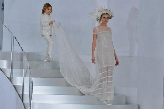 Cara Delevingne ve svatebním