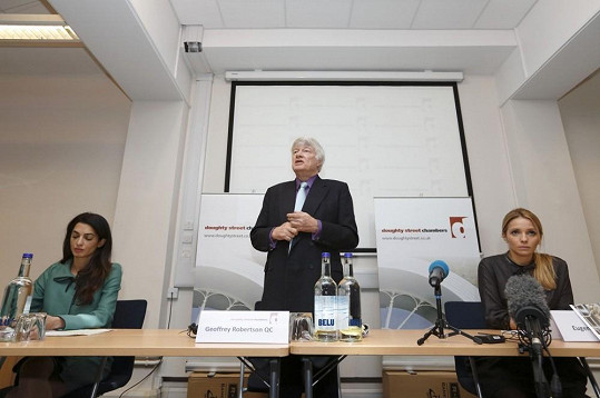 Alamuddin (vlevo) s Geoffreyem Robertsonem a Eugenií Tymošenkovou na tiskové konferenci k propuštění Julije Tymošenkové z věznice
