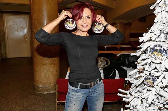 Líbily by se vám náušnice z vánočních koulí?