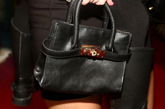 Malá Bednářová má vlastní kabelku.