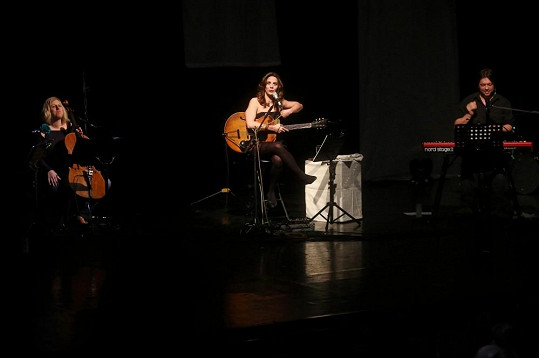 Aneta vystoupila za doprovodu smyčcového tria a klavíru.