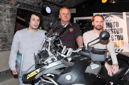 Pavel Liška a Jan Révai s producentem Egonem Kulhánkem při představení dokumentu z cest