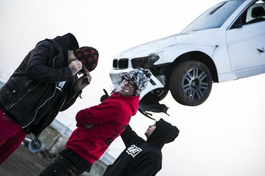 BMW nechali rappeři zavěsit na jeřáb.