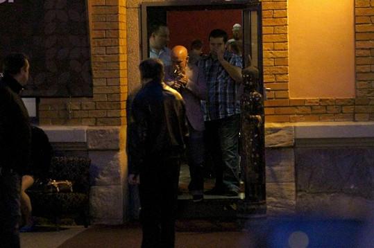John Malkovich si během večeře zašel před restauraci zakouřit.