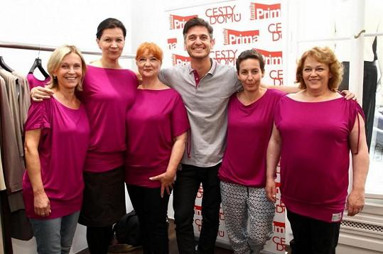 Do růžových triček se obléknou herečky ze seriálu Cesty domů, aby podpořily prevenci rakoviny prsu.