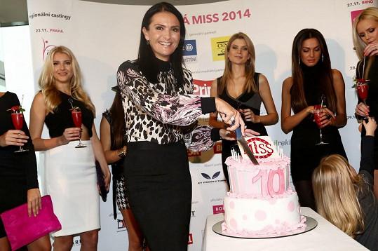 Michaela rozkrajuje dort od missek.