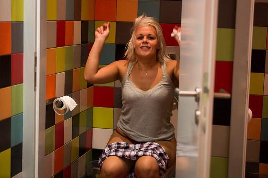 Pavlína na toaletě