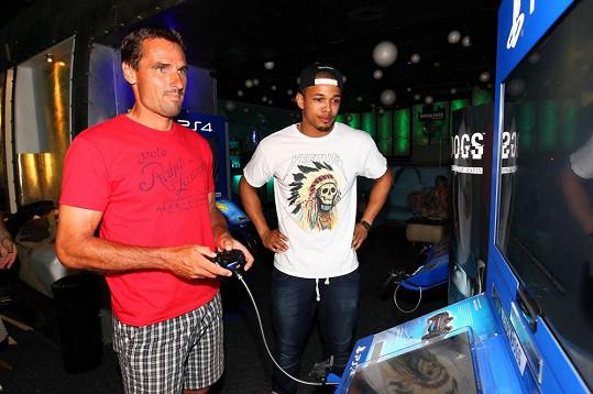Hraním her strávil sportovec někdy několik hodin.