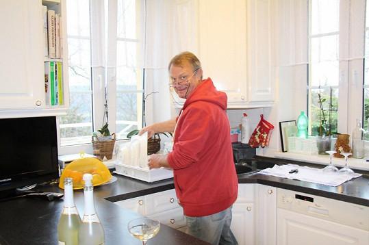 Pan režisér stíhal bavit hosty i umývat nádobí...