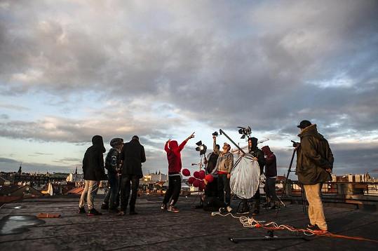Natáčelo se na střechách s výhledem na Prahu.