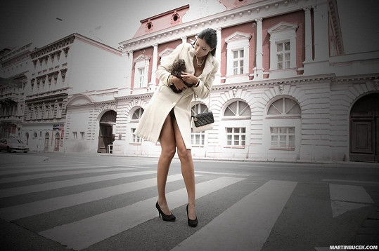 Silikonová finalistka České Miss 2009 v krátkém kabátku. Jen ona ví, zda pod ním měla prádlo.