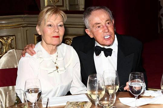 Jan Tříska s manželkou, tentokrát už se převlékl do smokingu.