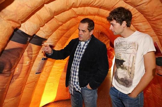 Tváří boje proti rakovině tlustého střeva je její kolega Miroslav Eztler (na snímku v maketě střeva).