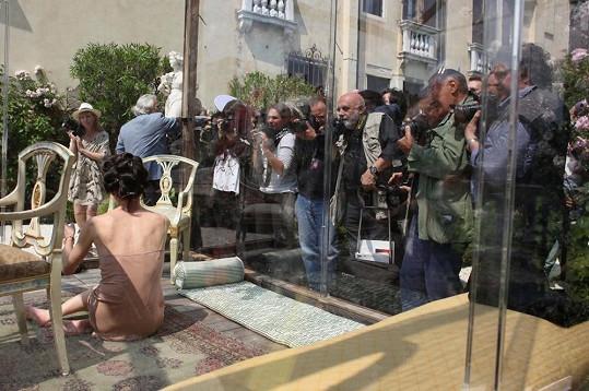 Milla Jovovich byla v Itálii zavřená ve skleněném boxu.