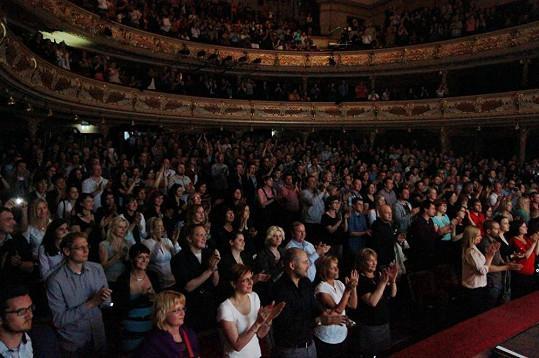 Standing ovation na závěr pak nebrali konce a diváci nechtěli muzikálové herce ani kapelu vůbec pustit z jeviště.
