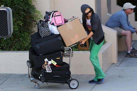 Paris Hilton musela počkat na svého řidiče před letištěm.