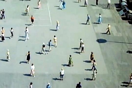 Musel do davu lidí na náměstí.