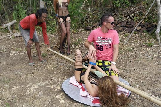 Takové punčošky se ve vedru na zpocené nohy nenavlékají zrovna snadno.