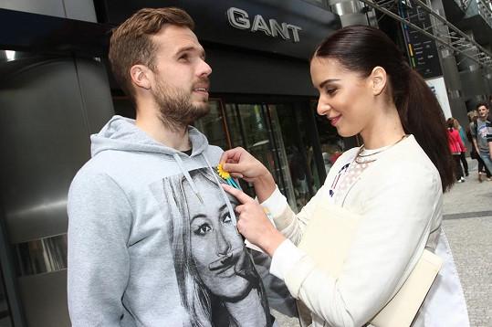 Od Nikoly Buranské si kytičku rád koupil i její přítel Filip Novák.