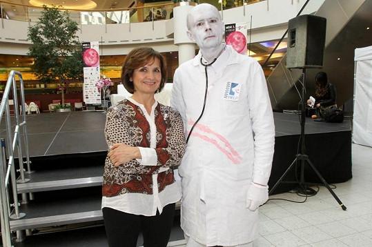 Veronika podporuje kampaň prevence proti rakovině prsu.