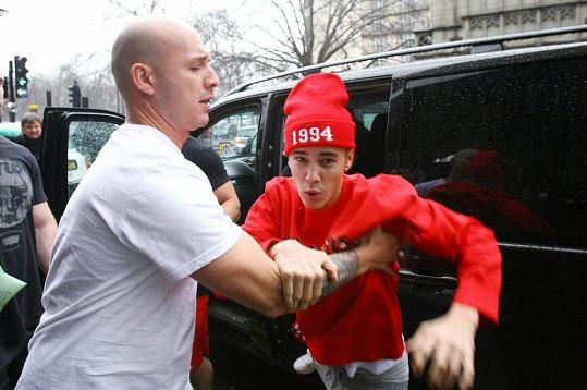 Justin Bieber mívá problémy s udržením nervů na uzdě.