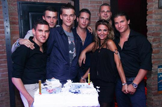 Yvetta se synem Matyášem a jeho kamarády