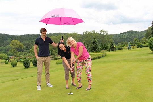 Svou kamarádku MUDr. Ivanu Němečkovou zasvětila do techniky golfu.