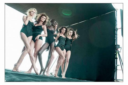Modelky pózovaly i v černém spodním prádle.