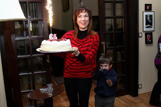 Tereza Kostková předala oslavenci luxusní marcipánový dort.