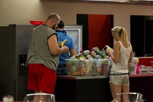 Vyvolení nevěřícně zírali na obsah plastových boxů s potravinami.