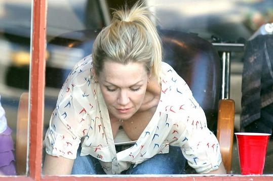 Jennie Garth při odchodu z kadeřnictví.