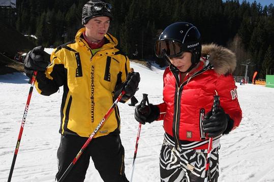 Mirjam Landa se pod dohledem instruktora zdokonalovala v lyžování.
