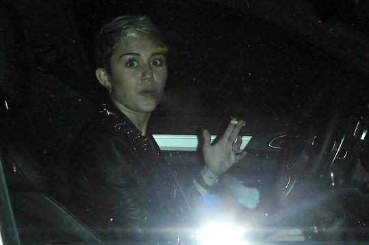 Miley působí v posledních dnech nervózně a uklidňuje se cigaretami.