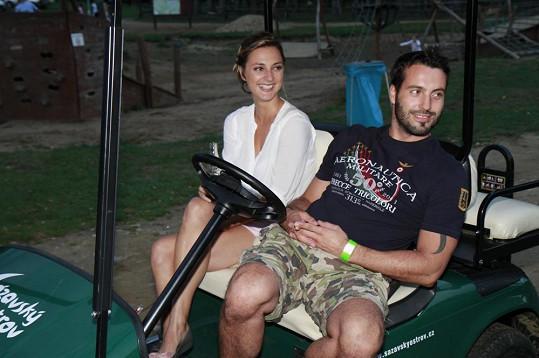 Bára s Noidem, na něhož prý Tomáš nežárlí, na golfovém vozítku na muzikálovém soustředění.