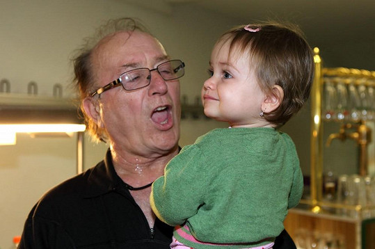 Petr Janda a jeho rozkošná roční dcera Rozárka